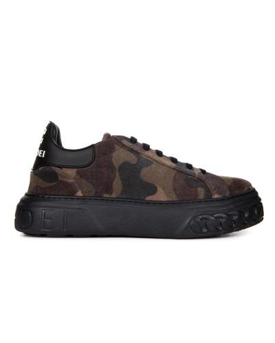 Materiałowe sneakersy w militarny wzór