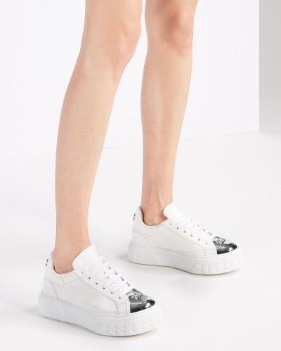 Białe lakierowane sneakersy