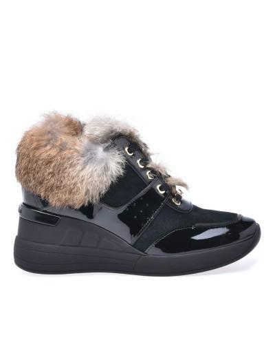 Czarne lakierowane sneakersy na koturnie